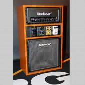 RGA's Rocking Rack modello 'Elegant'. Il modello 'Elegant' è identico al modello 'Rude' eccetto che per l'altezza, il legno di ciliegio e l'accordatore (che in questo caso è un Korg Pitchblack Poly)