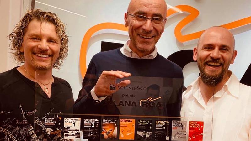 Il nostro editore Marco Volontè alla festa dei 10 anni consegna il premio alla collana didattica RGA
