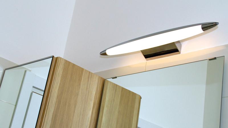 La luce sopra lo specchio in bagno